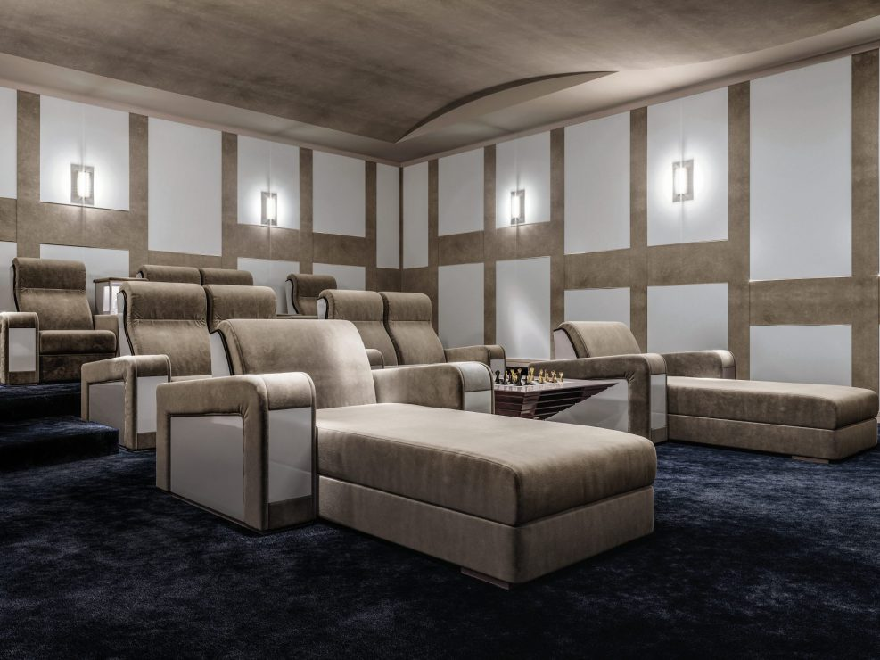 sala cinema di lusso con poltrone e chaise longue